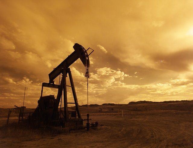 Prețul petrolului la care este conectată și România a scăzut, după criza din SUA