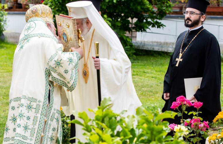 Biserica poate oficia slujbe publice în interiorul lăcașelor de cult