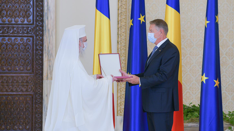 Iohannis a oferit Patriarhului Daniel cea mai înaltă decoraţie a statului român
